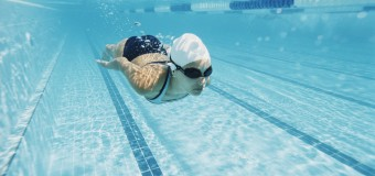 Плавать в бассейне с полным желудком смертельно опасно