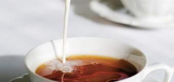 Добавление молока в чай может помочь сохранить белизну зубов