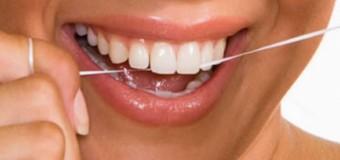 Многие взрослые люди не умеют пользоваться зубной нитью